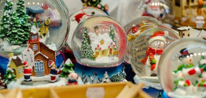 Sfere di vetro con neve oggettistica natalizia - Idea Fiori
